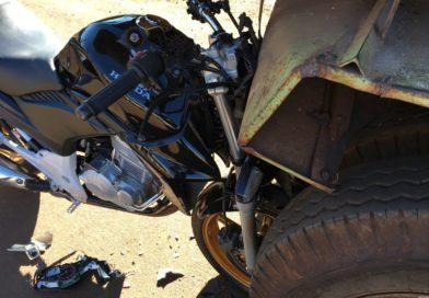Motociclista fica em estado grave após colidir contra traseira de caminhão em Bandeirantes
