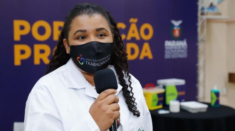 Enfermeira do Hospital do Trabalhador é a primeira a ser vacinada no Paraná