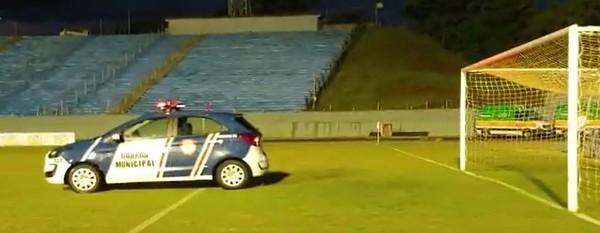 Com viatura no gramado, Londrina x Maringá é suspenso após veto e tentativa de manter o jogo